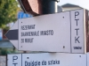 90-ciezkowice-tabliczki-kierunkowe-na-runku-w-ciezkowicach-fot-piotr-firlej-www-skamienialemiasto-pl_